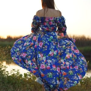 Купить женское синего увета Платье макси в цветочный принт с открытыми плечами недорого по скидке (размер 42-64)