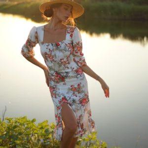 Купить женское Приталенное платье миди белого цвета с цветочным принтом и разрезом (размер 42-56) выгодно