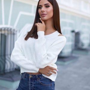 Заказать женский укороченный белый вязаный свитер с разрезами на плечах онлайн