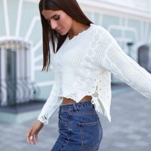 Заказать женский белый короткий оверсайз свитер с завязками сбоку онлайн