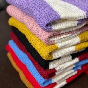 Купить пудра, желтый, черный, бордо, голубой, красный, горчица свитер в широкую полоску женский с необработанными краями онлайн