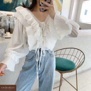 Замовити жіночу ніжну блузку з рюшами з довгим рукавом білого кольору зі знижкою