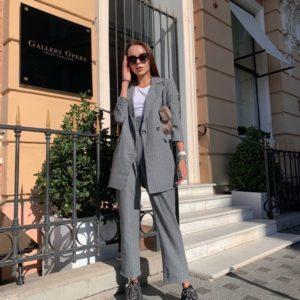 Заказать серый брючный женский костюм с пиджаком в полоску из байки онлайн