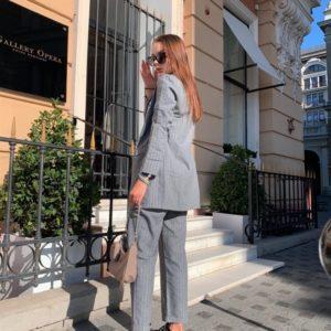 Приобрести женский брючный костюм с пиджаком в полоску серого цвета из байки выгодно