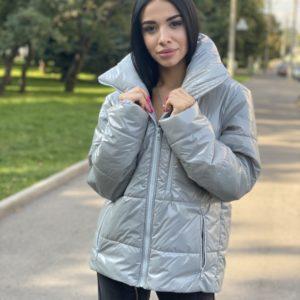 Заказать серого цвета теплую женскую глянцевую куртку свободного кроя онлайн