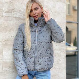 Заказать женскую серого цвета куртку рефлективную с мелкими снежинками онлайн