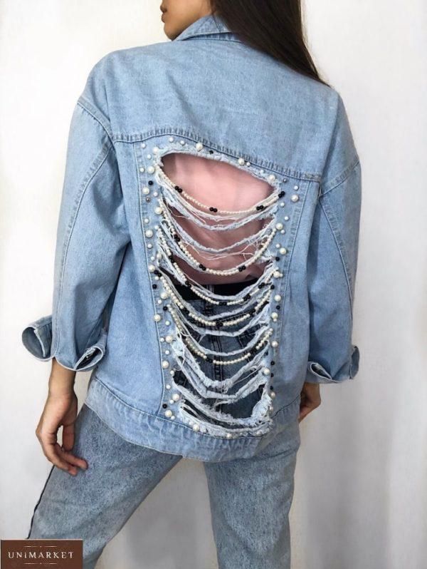 Заказать голубую женскую джинсовую куртку свободного кроя с декором на спине онлайн