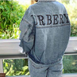 Замовити вкорочену жіночу джинсову блакитну куртку з написом на спині онлайн