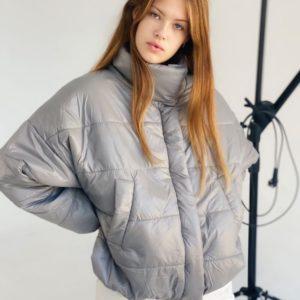 Купить серую короткую куртку оверсайз с воротником стойкой (размер 42-48) женскую выгодно