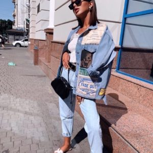 Придбати жіночу джинсовку оверсайз з постерами (розмір 42-48) блакитного кольору зі знижкою