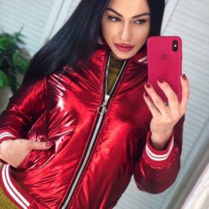 Заказать красного цвета куртку-бомбер металлик на змейке для женщин по скидке