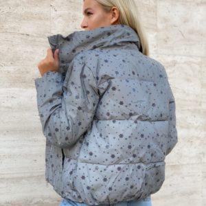 Купить серую куртку рефлективную с мелкими снежинками для женщин недорого