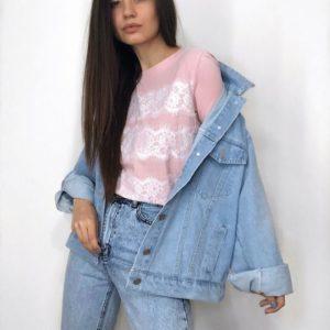 Купити жіночу джинсову куртку вільного крою з декором на спині блакитного кольору за низькими цінами
