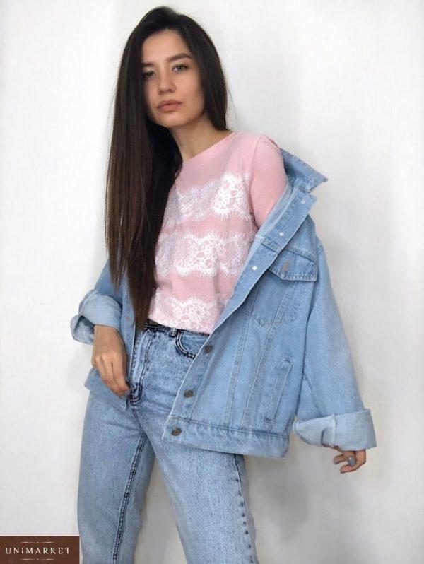 Купить женскую джинсовую куртку свободного кроя с декором на спине голубого цвета по низким ценам