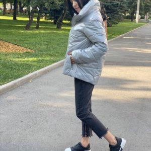 Приобрести женскую серую теплую глянцевую куртку свободного кроя по скидке