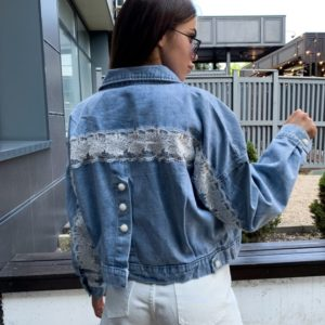 Придбати жіночу коротку джинсову куртку з мереживною вставкою блакитного кольору на осінь за низькими цінами