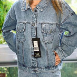 Придбати жіночу вкорочену джинсову куртку з написом на спині блакитного кольору недорого