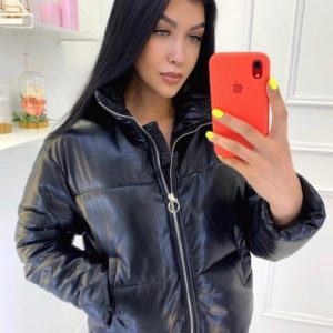 Приобрести женскую черную куртку из эко-кожи на холофайбере на осень по скидке