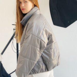 Заказать серого цвета на осень короткую куртку оверсайз с воротником стойкой (размер 42-48) для женщин дешево