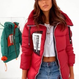 Заказать весеннюю женскую куртку с капюшоном на змейке из плащевки лаке (размер 42-48) красного цвета по скидке