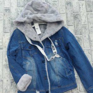 Замовити жіночу джинсову куртку з капюшоном на сірому хутрі (розмір 42-48) недорого
