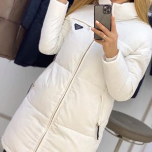 Заказать белого цвета длинную куртку на змейке с поясом (размер 42-50) выгодно для женщин