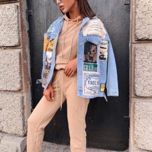 Купити жіночу джинсовку оверсайз з постерами блакитного кольору на осінь (розмір 42-48) в Україні