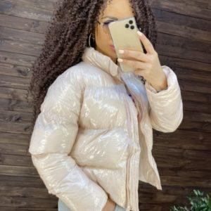 Купить женскую нежно-розовую глянцевую куртку на змейке по скидке