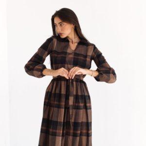 Купить онлайн клетчатое платье с длинным рукавом и рюшами (размер 42-54) для женщин коричневое