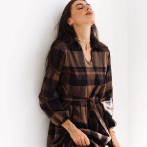 Заказать женское клетчатое платье с длинным рукавом и рюшами (размер 42-54) коричневого цвета недорого