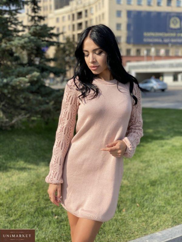 Приобрести женское платье мелкой машинной вязки с ажурными рукавами пудрового цвета по скидке