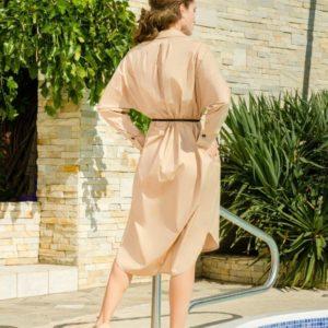 Купить бежевое платье-рубашку с поясом свободного кроя по скидке для женщин