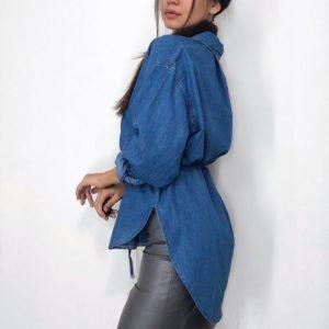 Купить женскую джинсовую рубашку свободного кроя с тонким поясом (размер 44-48) синего цвета недорого