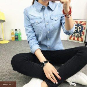 Купить голубую джинсовую рубашку на пуговицах для женщин по скидке