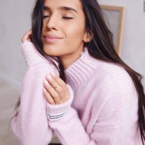 Купить сиреневый свитер из ангоры с эмблемами на рукавах для женщин дешево