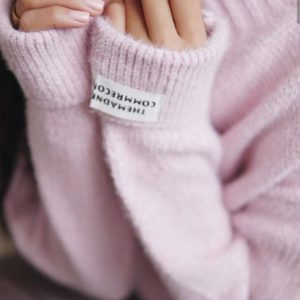 Приобрести свитер из ангоры для женщин сиреневый с эмблемами на рукавах онлайн