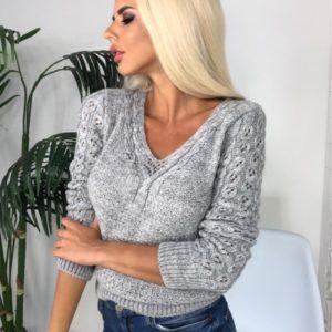 Купить серого цвета вязаный свитер с нежным вырезом недорого для женщин на осень
