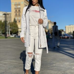 Купити жіночий білого кольору тренч на підкладці з накладними кишенями і поясом в Україні