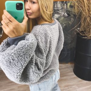 Заказать женский худи серого цвета из искусственного меха с объемными рукавами онлайн