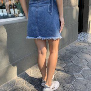Придбати джинсову спідницю з рваностямі і поясом синього кольору для жінок недорого