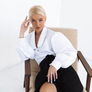 Купити білу блузу на запах з об'ємними рукавами (розмір 42-52) для жінок за низькими цінами