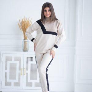 Заказать бежевый прогулочный костюм машинной вязки под горло онлайн для женщин