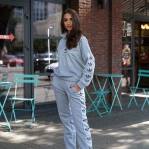 Заказать серого цвета женский спортивный костюм Adidas на флисе недорого