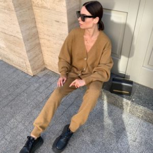 Заказать кэмел женский вязаный прогулочный костюм: кардиган и брюки (размер 42-48) онлайн