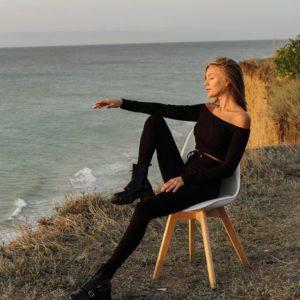 Заказать черный трикотажный женский костюм: топ с открытыми плечами + леггинсы онлайн