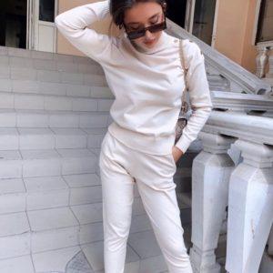 Заказать женский однотонный белый костюм машинной вязки с гольфом недорого