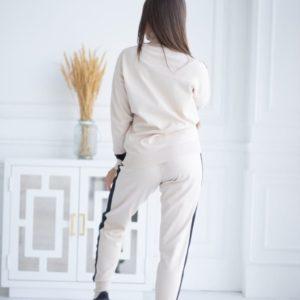 Заказать бежевый прогулочный костюм машинной вязки под горло для женщин в интернете