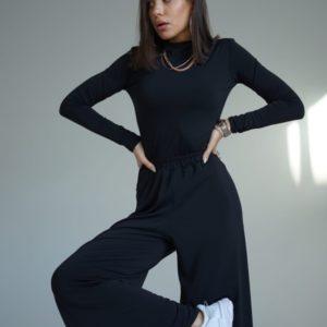 Приобрести женский костюм: брюки свободного кроя + гольф черного цвета (размер 42-54) недорого
