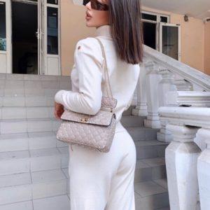 Приобрести женский однотонный костюм машинной вязки с гольфом белого цвета по скидке