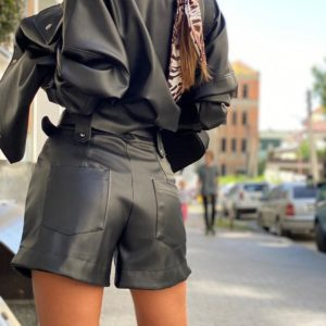 Замовити чорний жіночий костюм з еко шкіри: шорти + сорочка на замші з кнопками по знижці